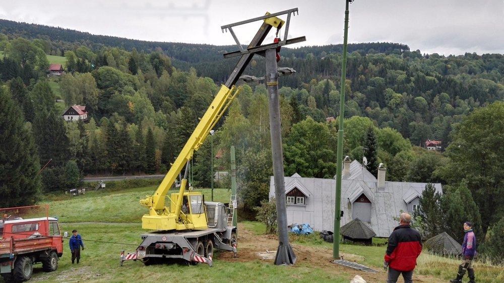 Stavba posledního sloupu - © Desná - Černá Říčka - facebook