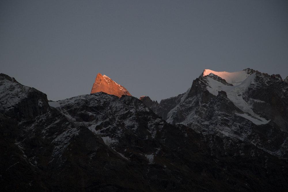 Der Blick vom Basislager auf den Berg. Der Gipfel des Cerro Kishtwar im letzten Licht.   - © Timeline Productions