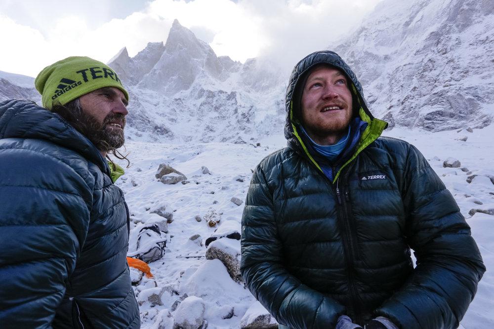 Julian Zanker und Thomas Huber im ABC Lager. Sie haben es geschafft! Gestern standen sie auf dem Gipfel, danach war der Berg tief verschneit! - © Timeline Productions