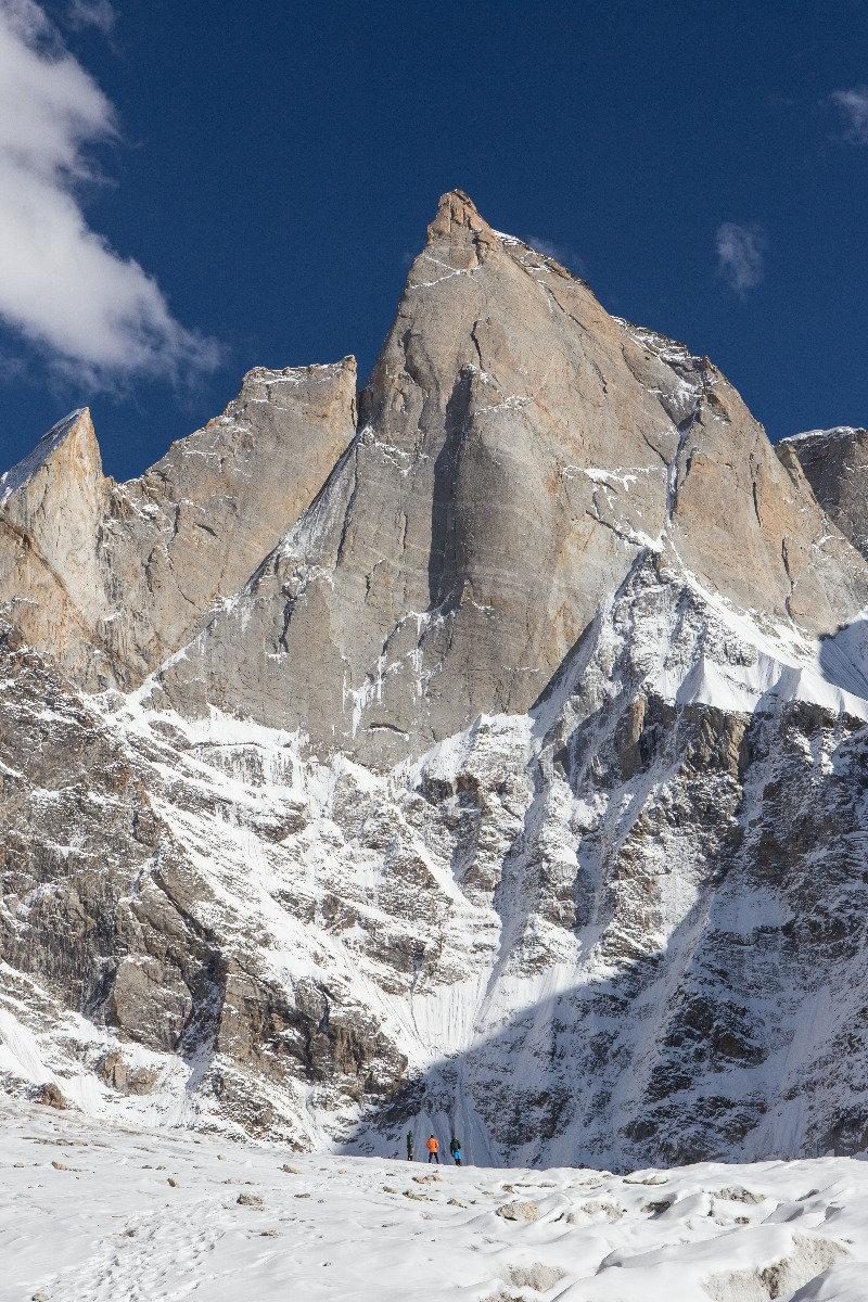 Kleiner Mensch, großer Berg. Das Team steht vor ihrem großen Abenteuer, der Nordwestwand des Cerro Kishtwar - © Timeline Productions