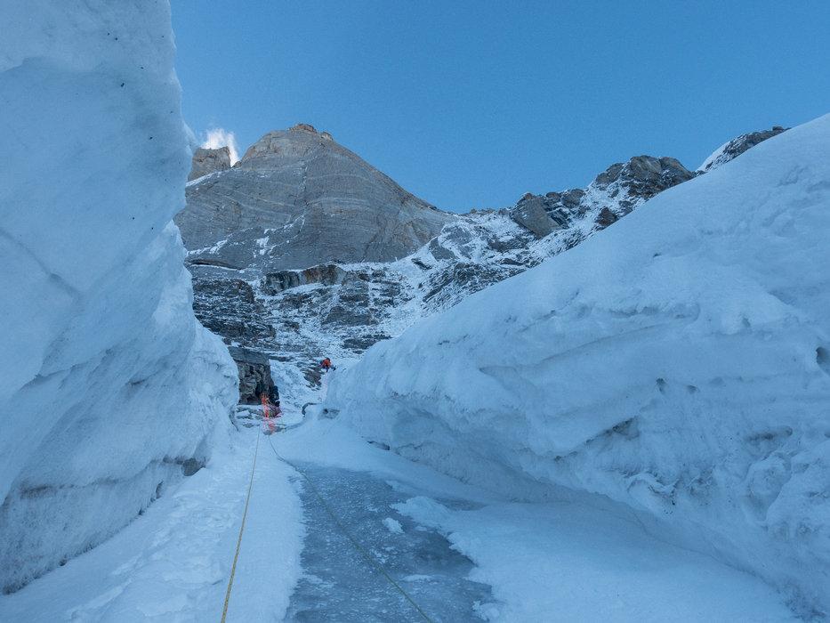 Die eisige Einstiegsrinne der Cerro Kishtwar Nordwestwand. Über dem Trio thront eine 700 Meter hohe, senkrechte Granitwand - © Timeline Productions