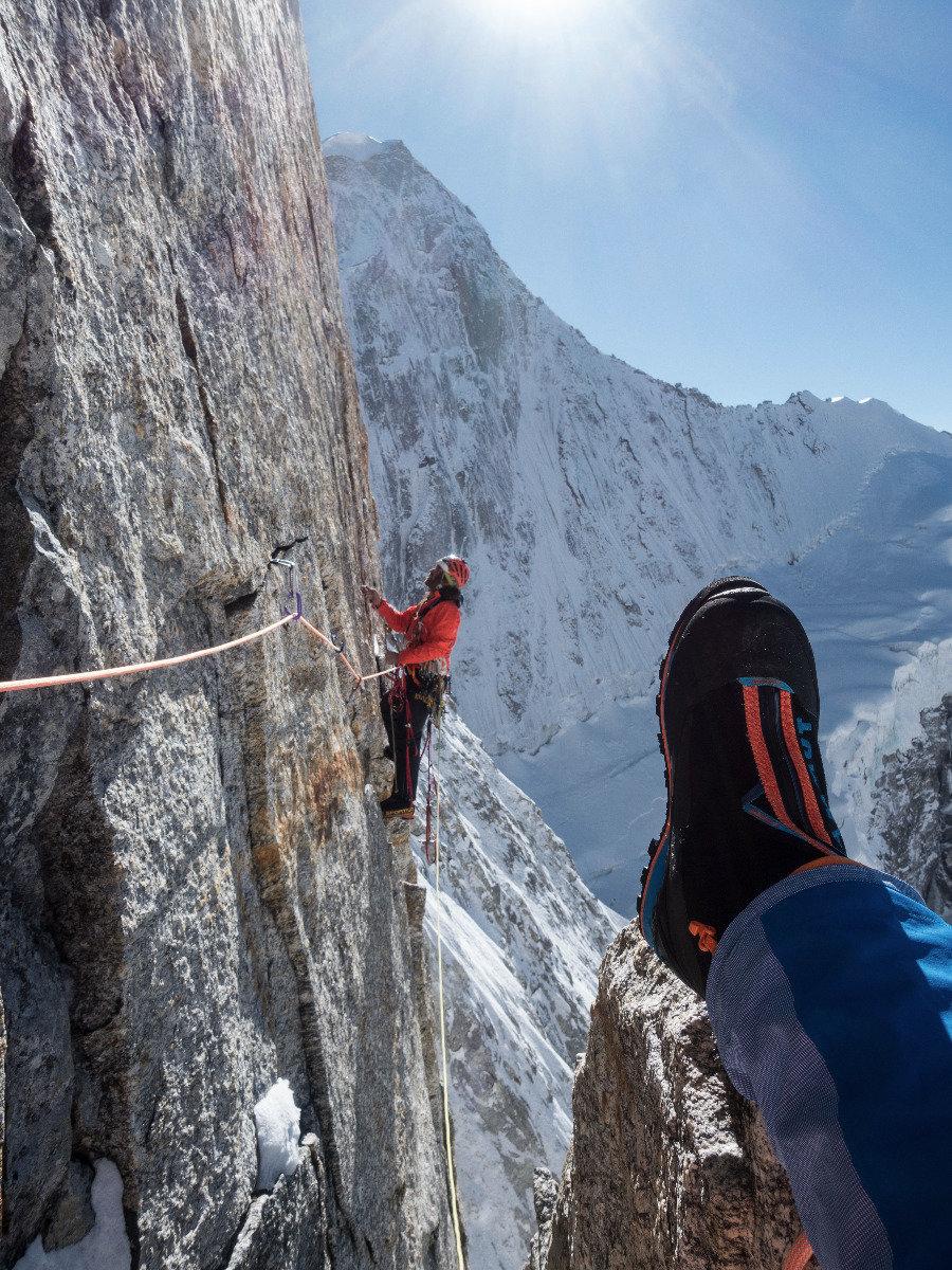 Stephan Siegrist macht es sich gemütlich am Happy Ledge, Thomas Huber klettert an einem perfekten Risssystem - © Timeline Productions