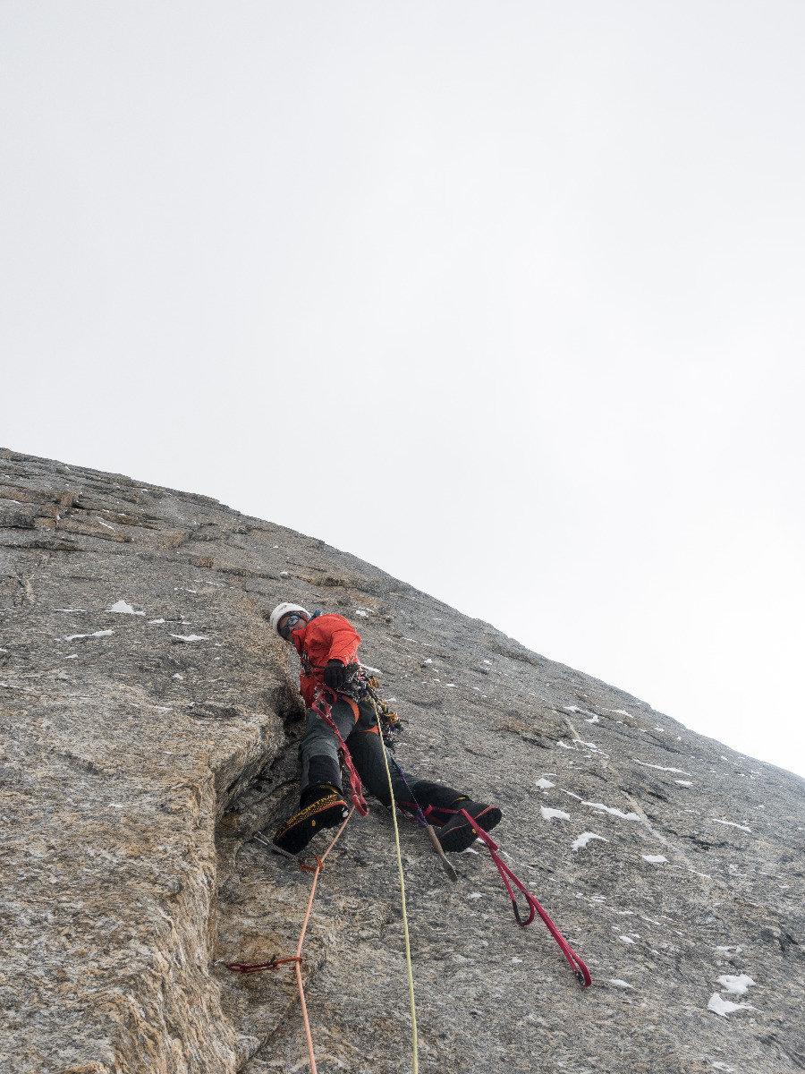 Hard Aid! Julian Zanker im Vorstieg bei eisigen Temperaturen - © Timeline Productions