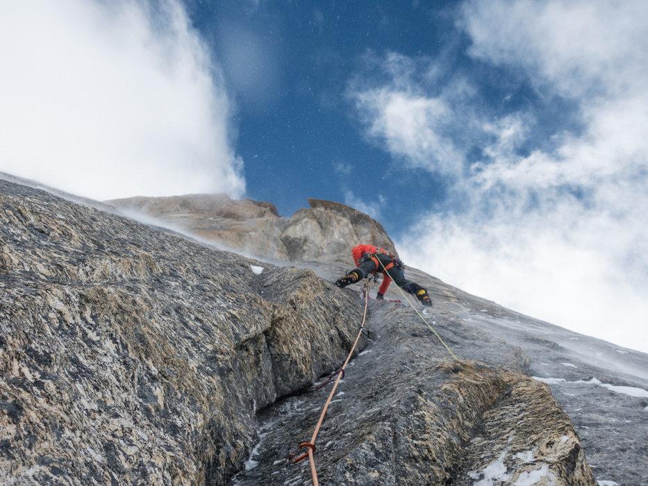 Eisige Kälte, Spinndrift und 5900 Meter machen den Vorstieg zum speziellen Abenteuer - © Timeline Produtions