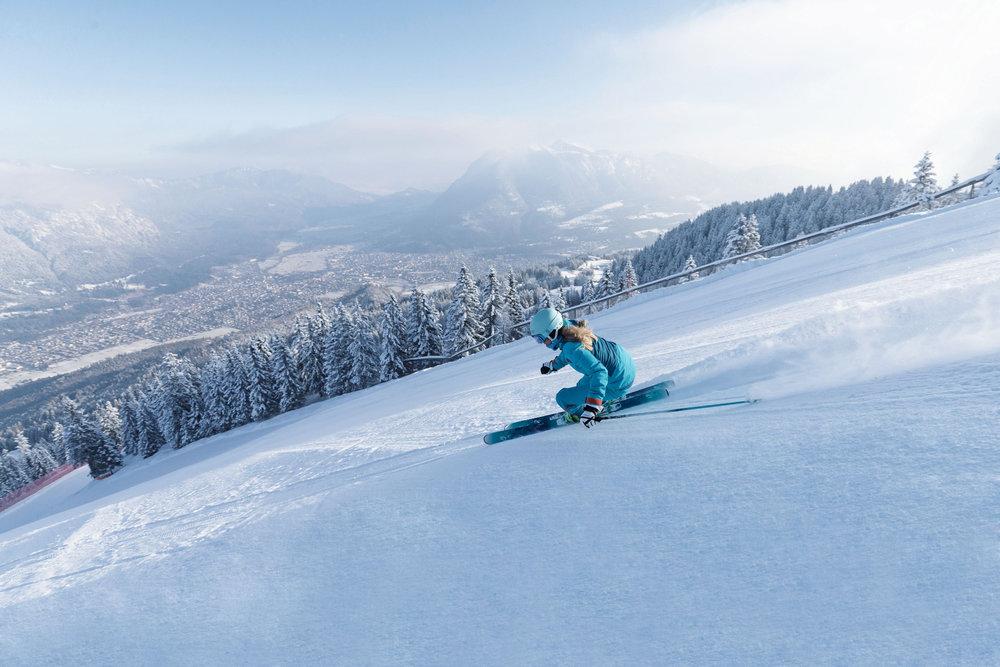 Skifahrerin im Skigebiet Garmisch Classic - © Bayerische Zugspitzbahn Bergbahn AG | fendstudios.com