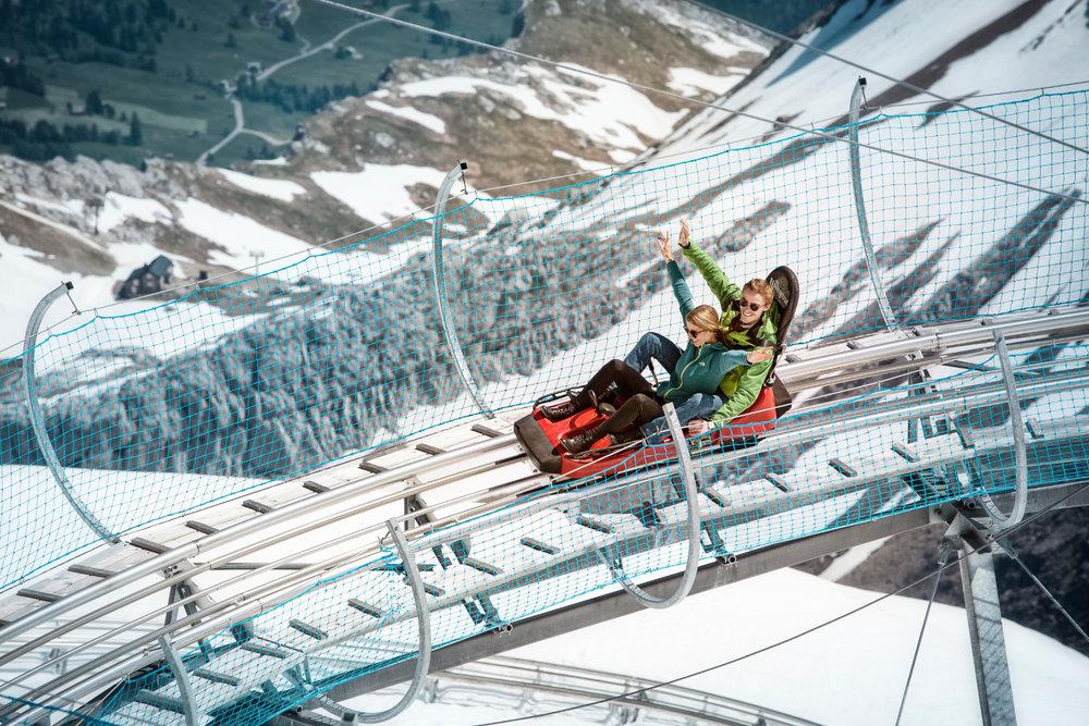 Sensations fortes garanties sur la piste de luge sur rail de l'Alpine Coaster (la plus haute installation de luge sur rails au monde) - © © Glacier3000