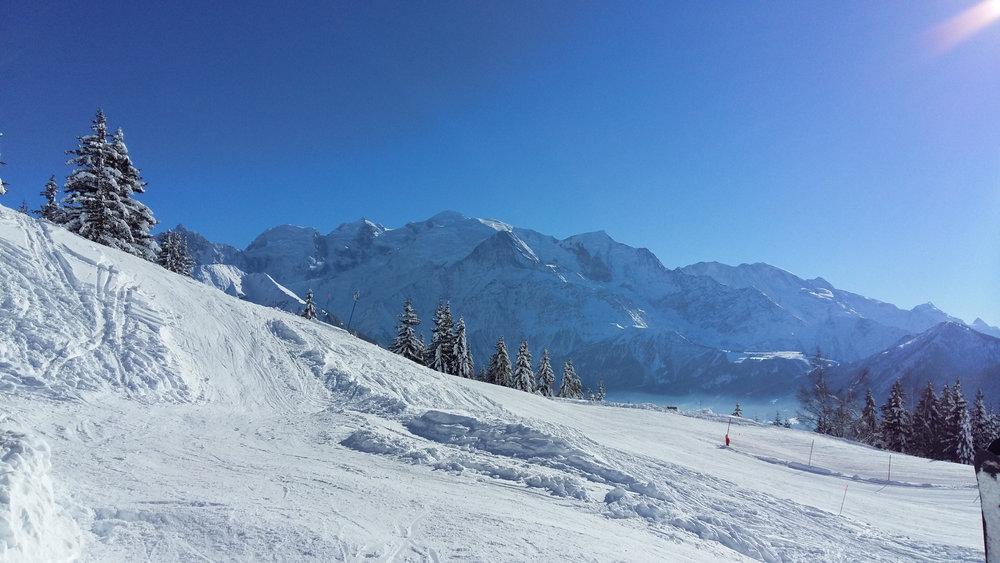 Sur les pistes de ski de Passy Plaine JOux, face au massif du Mont-Blanc - © OT de Passy
