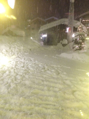 Zermatt - Drowning in snow!! Snowing since three day. 1.5 days cut off road, rail and heliport. Wednesday forecasted opening 10.1. - © Kra