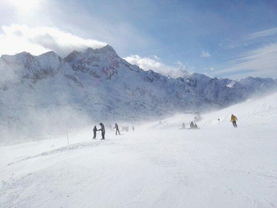 Ghiacciaio Presena - Adamello Ski - neve fresca caduti ieri 10 cm ma vento fortissimo come si vede nella foto - © Anonimo