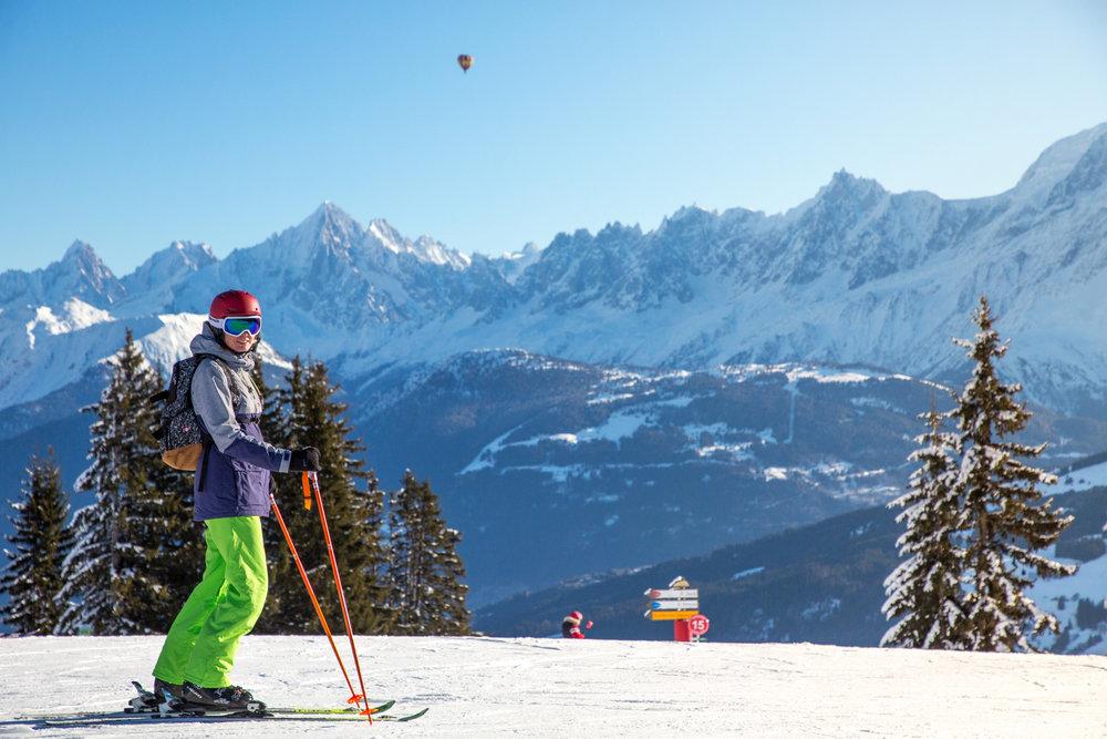 Conditions de ski idéales et décors de carte postale sur les pentes enneigées de Combloux - © Office de Tousrisme de Combloux