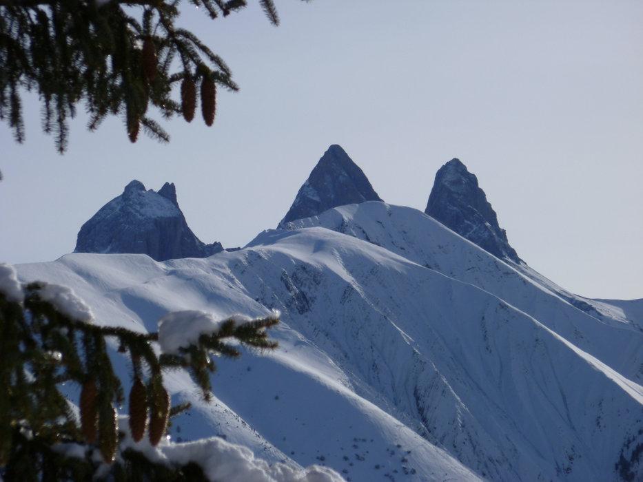 Les emblématiques Aiguilles d'Arves surplombent la station de ski de Saint Jean d'Arves - © Office de Tourisme de Saint Jean d'Arves - Les Sybelles