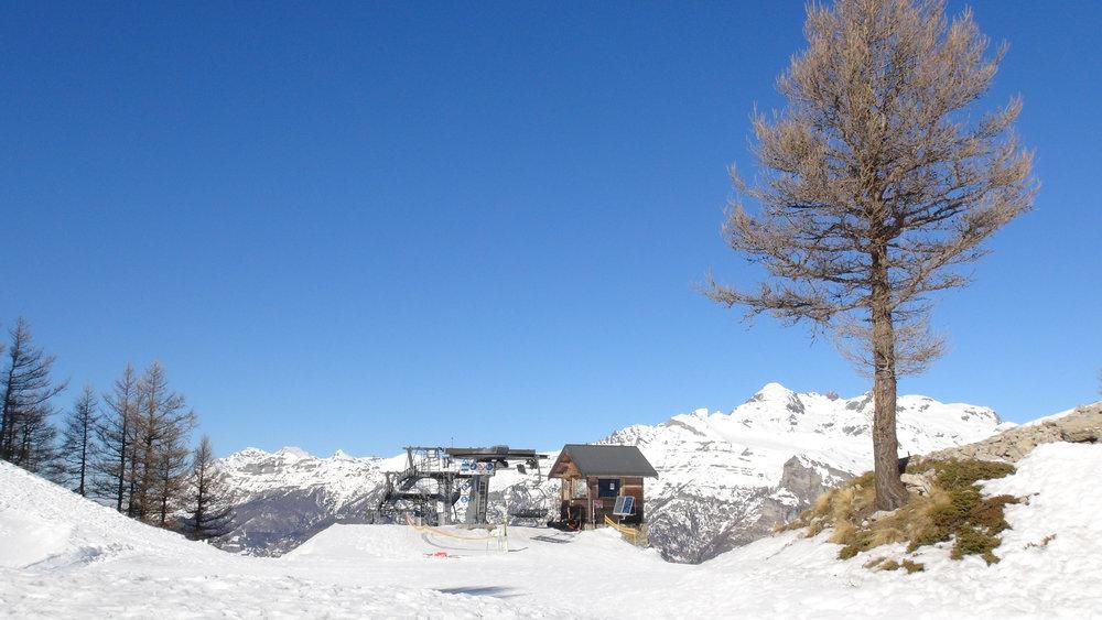 Neige fraiche et ciel bleu azur des Alpes du Sud depuis le sommet des pistes de ski de Saint Léger les Mélèzes - © Stéphane GIRAUD-GUIGUES / Skiinfo