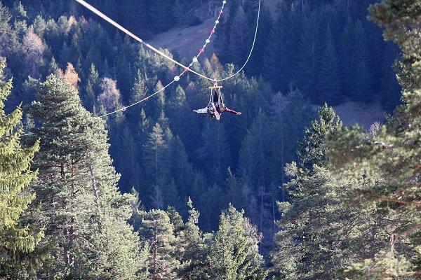Amateurs de sensations fortes, laissez-vous tenter par une descente en tyrolienne à La Colmiane - © Station de ski de la Colmiane