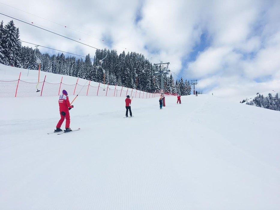 Apprentissage du ski sur l'espace débutants de Bernex