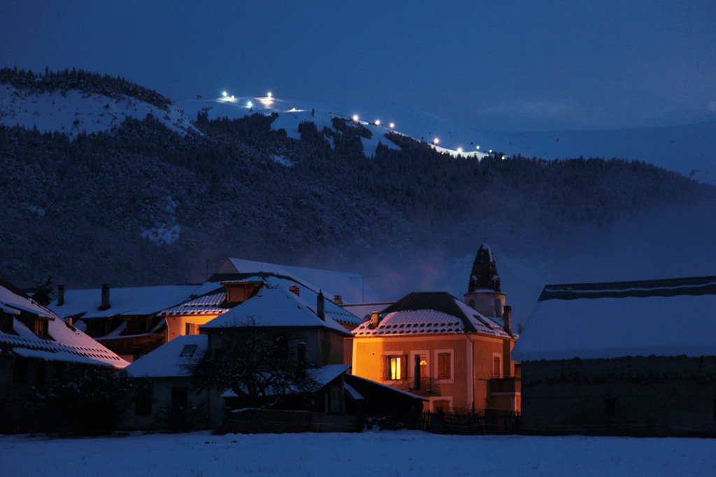 Ambiance nocturne à Chabanon avec vue sur les pistes éclairées - © Station de Chabanon