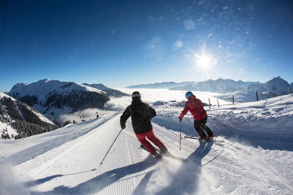 Königsleiten: Skifahrer Abfahrt über Nebelmeer  - © Zillertal Arena