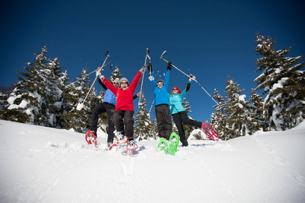 Les joies des balades en raquettes à neige en famille sur les sentiers enneigés du Val d'Azun - © Espace nordique du Val d'Azun