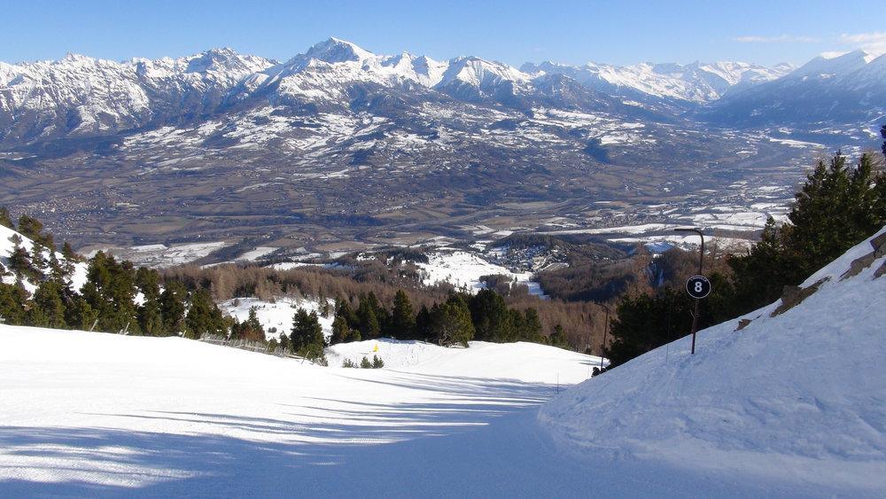 Vue plongeante sur la station de ski de Laye et la vallée du Champsaur depuis la piste noire de L'Aiguille - © Stéphane GIRAUD-GUIGUES / Skiinfo