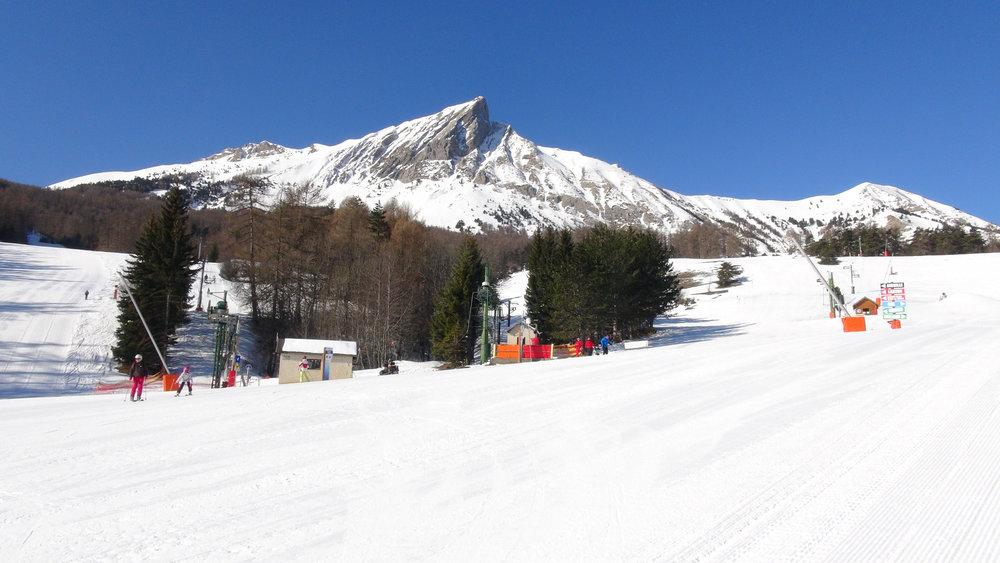 Le front de neige et le départ des pistes de ski de Laye en Champsaur - © Stéphane GIRAUD-GUIGUES / Skiinfo