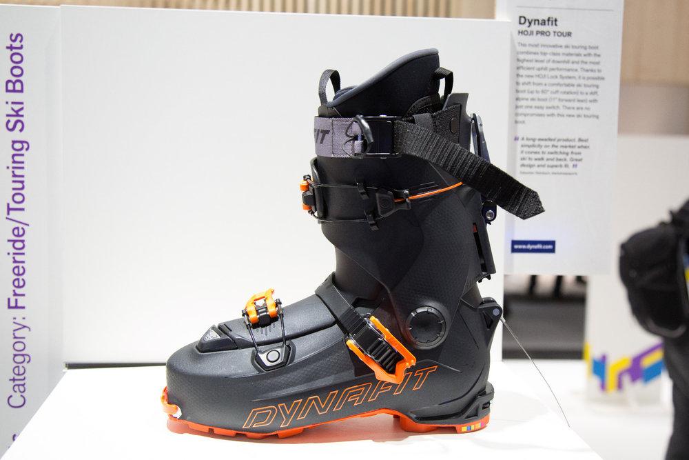 Der Dynafit: HOJI PRO TOUR ist ein extrem innovative Skitourenschuh verbindet erstklassige Materialien mit höchstem Abfahrtsniveau und effizientester Aufstiegsleistung. Dank des neuen HOJI Lock Systems ist es mit nur einem Handgriff möglich, zwischen einem komfortablen Skitourenschuh (bis zu 60° Schaftbewegung) und einem steifen, alpinen Skischuh (11° Vorlage) zu wechseln. Bei diesem neuen Skitourenschuh gibt es keine Kompromisse. - © Skiinfo | Sebastian Lindemeyer