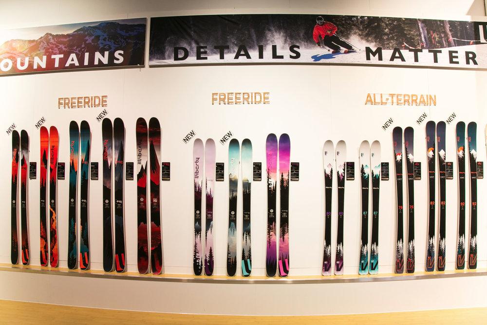 Am Stand von US-Skihersteller Liberty auf der ISPO - © Skiinfo | Sebastian Lindemeyer