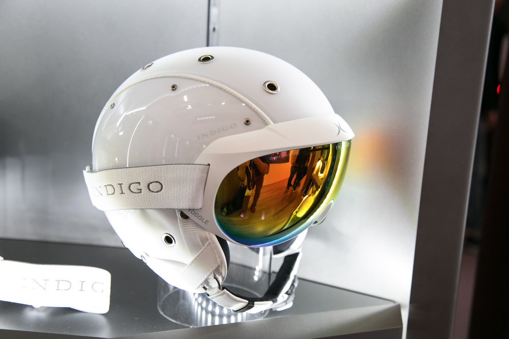 Die Voogle von Indigo ist nicht neu, das Konzept aber sehr spannend. Die Brille wird oben in den Helm geclippt und damit hat man quasi eine Mischung von Visierhelm und klassischer Skibrille. - © Skiinof | Sebastian Lindemeyer