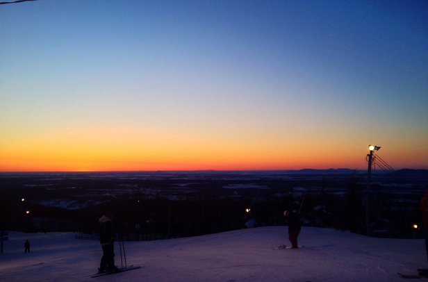 Bromont, montagne d'expériences - Colder then forecast but clear sky's, a good base of groomed snow and light traffic made it the best Sunday so far !!  - © Burton's iPhone