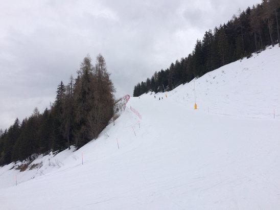 Aprica - In quota si scia benissimo. A valle neve bagnata e molle, ma comunque buona.  - © iPhone 5S di Simone