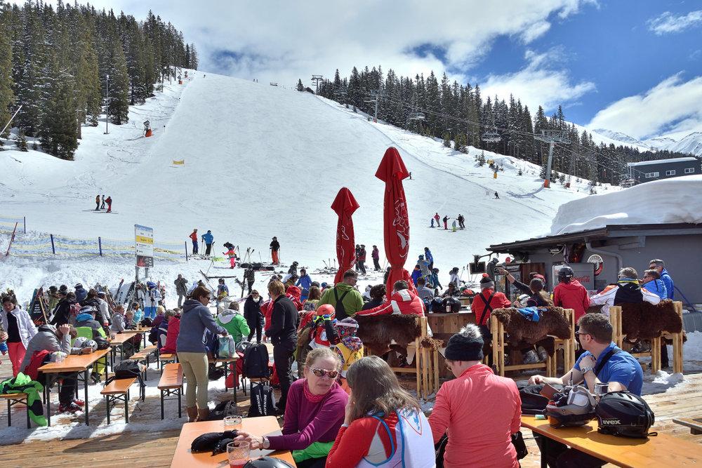 Gemütliches Zusammensein im Skigebiet See - © www.bergbahn.com