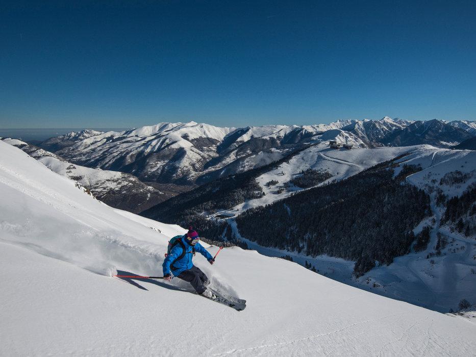 Conditions de ski idéales (neige fraiche et soleil généreux) sur les pistes de Luchon Superbagnères - © Jean-Noël HERRANZ