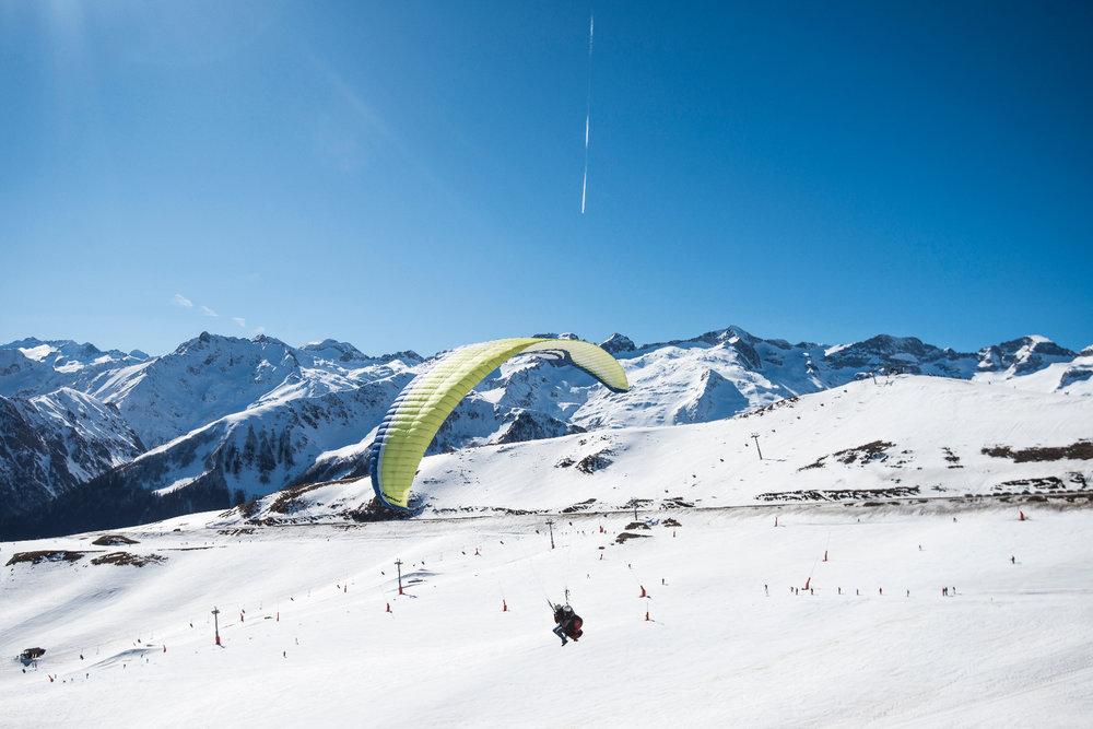 Prendre de la hauteur le temps d'un vol en parapente au dessus du domaine skiable de Luchon Superbagnères - © Jean-Noël HERRANZ