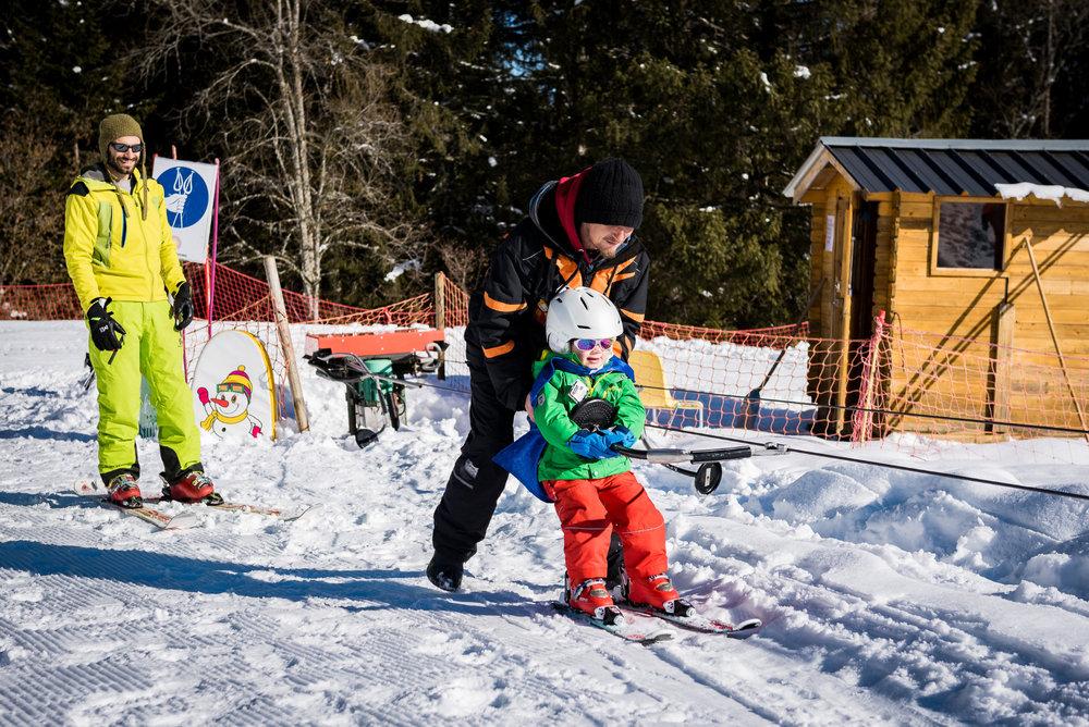 Apprentissage du ski tout en douceur sur l'espace ludique du Col de Marcieu - © Bruno Lavit