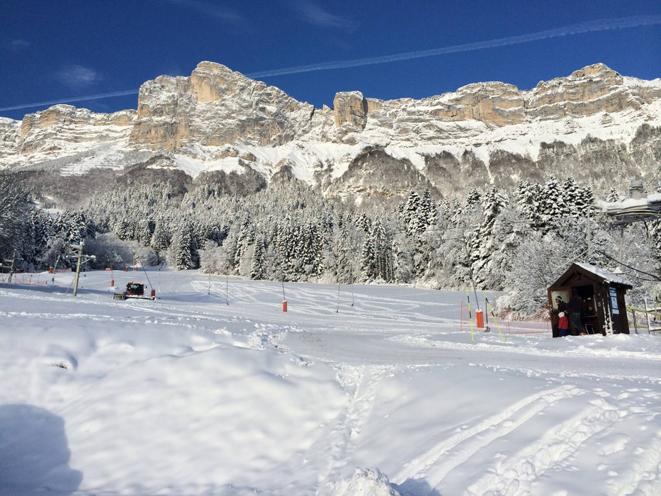 Conditions de ski idéales (soleil et neige fraîche) à Saint Hilaire du Touvet - © Station de Saint Hilaire du Touvet