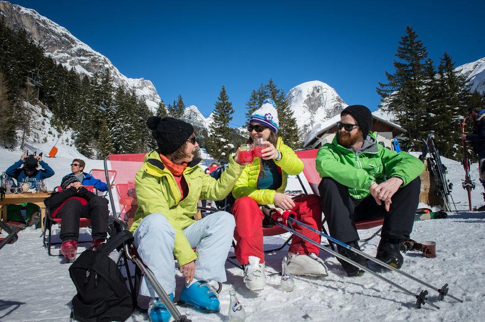 Petite pause désaltérante au restaurant d'altitude de Pralognan la Vanoise avant de retourner sur les pistes de ski - © Gilles Lansard