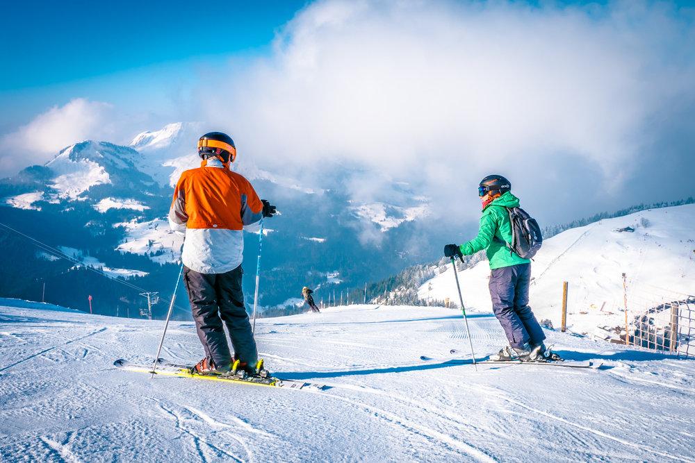 Conditions de ski idéales (soleil et neige fraîche) sur les pistes de ski de Manigod - © Manigod Labellemontagne