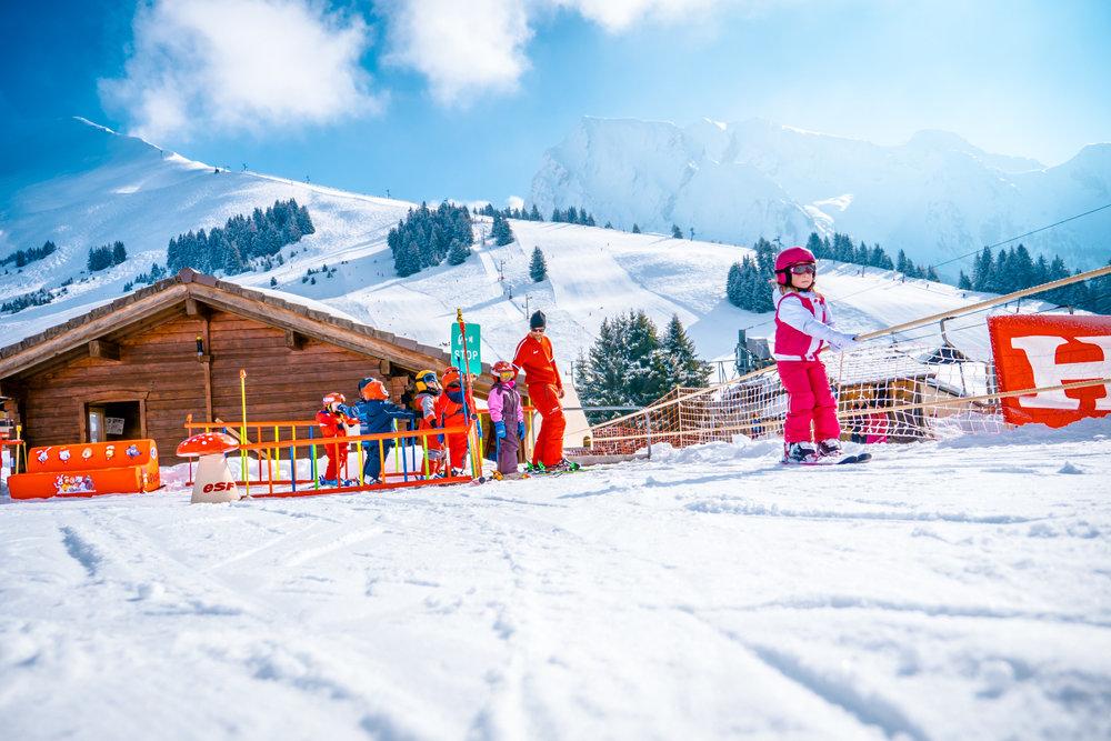 Apprentissage du ski tout en douceur sous la houlette des moniteurs de l'ESF Manigod - © Manigod Labellemontagne