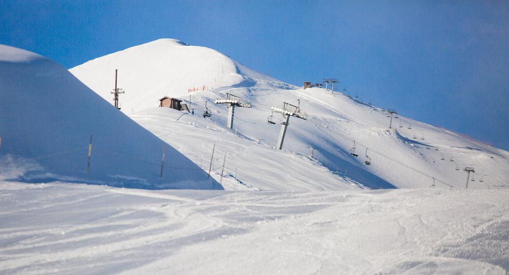 Les combes et crêtes du Rocher Noir, un secteur prisé par les amateurs de hors piste à Puy Saint Vincent - © Thibaut BLAIS / OTI du Pays des Écrins