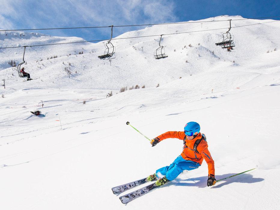 Conditions de ski idéales (soleil et neige fraîche) sur les pistes de ski de Puy Saint Vincent - © Thibaut BLAIS / OTI du Pays des Écrins