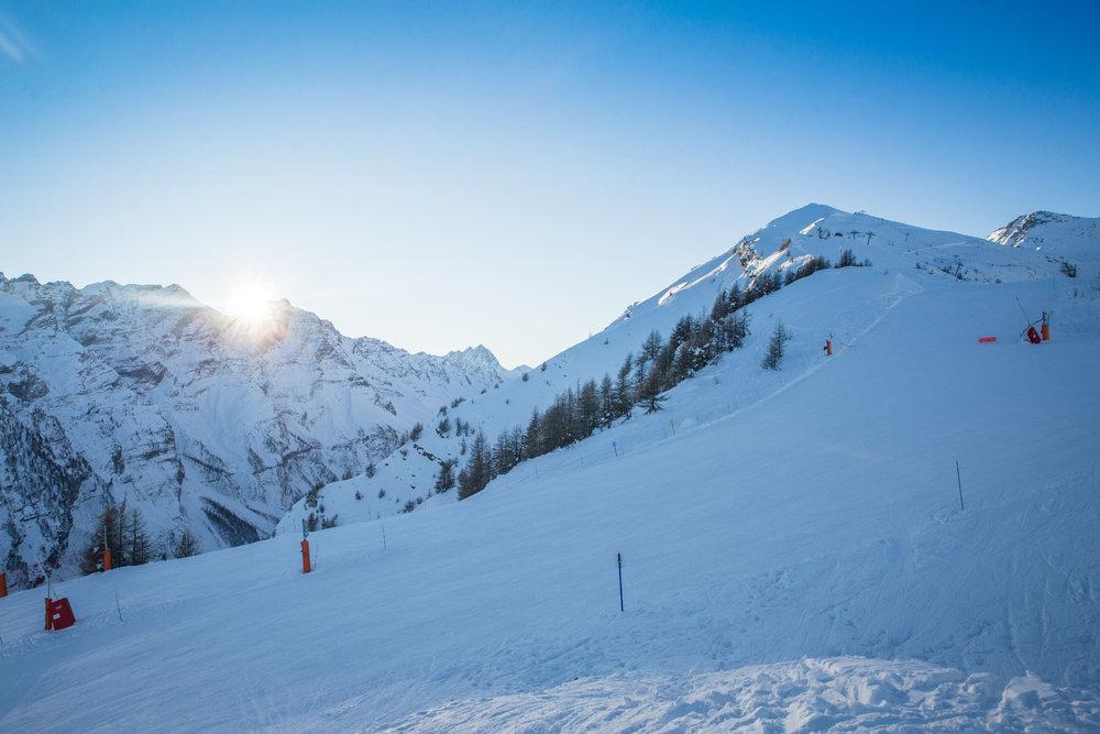 Premiers rayons de soleil sur le domaine skiable de Puy St Vincent - © Thibaut BLAIS / OTI du Pays des Écrins