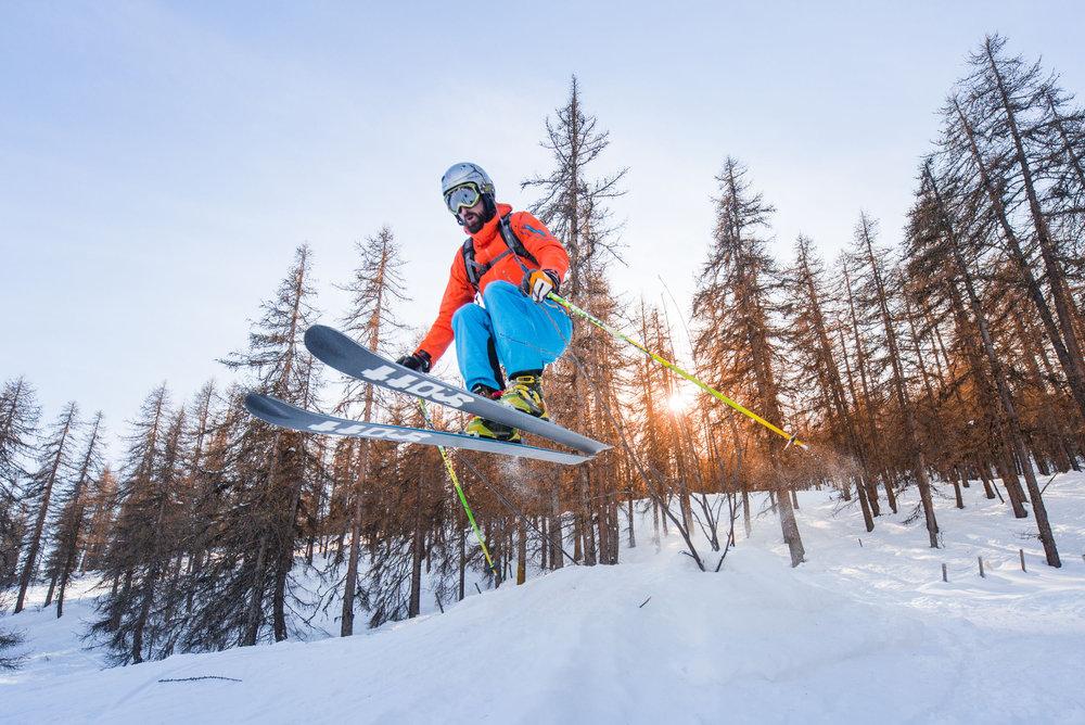 Prêt à laisser votre trace entre les mélèzes et les sapins des forêts bordant les pistes de ski de Puy Saint Vincent ? - © Thibaut BLAIS / OTI du Pays des Écrins