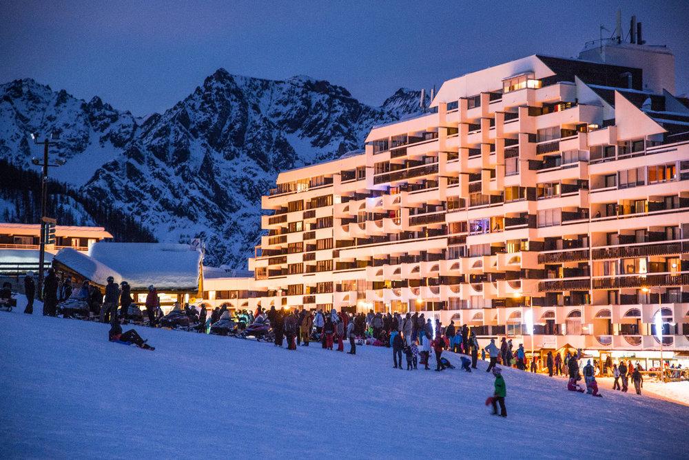 Le soir venu, le front de neige s'anime de mille feux et de nombreuses activités à Puy Saint Vincent - © Thibaut BLAIS / OTI du Pays des Écrins