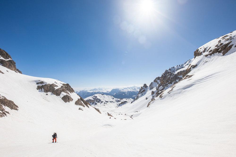 Le paysage justifie à lui seul la dépense d'énergie... C'est ça aussi le plaisir du ski de randonnée à Pelvoux. - © Thibaut BLAIS / OTI du Pays des Écrins