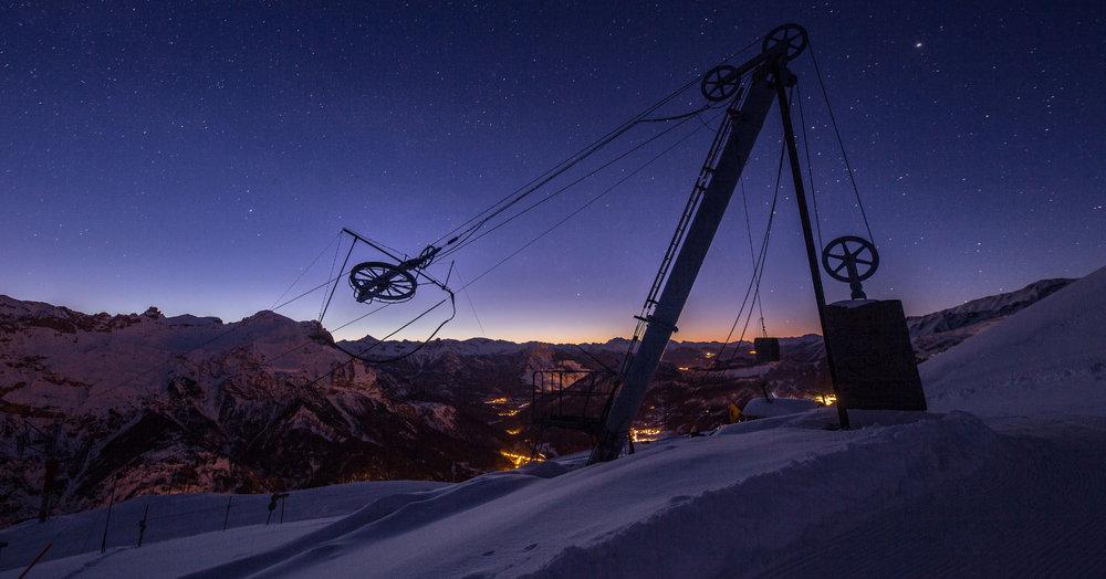 Ambiance et athmosphère magiques à l'arrivée des premières lueurs du jour sur le domaine skiable de Pelvoux Valouise... - © Thibaut BLAIS / OTI du Pays des Écrins