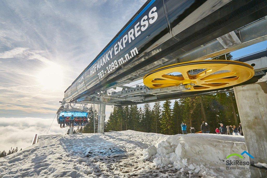 Sedačková lanovka Hofmanky Express tvoří jedno z páteřních přepravních zařízení na Černé hoře. - © SkiResort ČERNÁ HORA - PEC