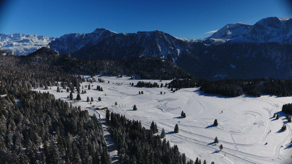 Vue sur le Nordik Park de Chamrousse, vaste domaine dédié à la pratique des activités nordiques (ski de fond, raquettes à neige...) - © Office de Tourisme de Chamrousse