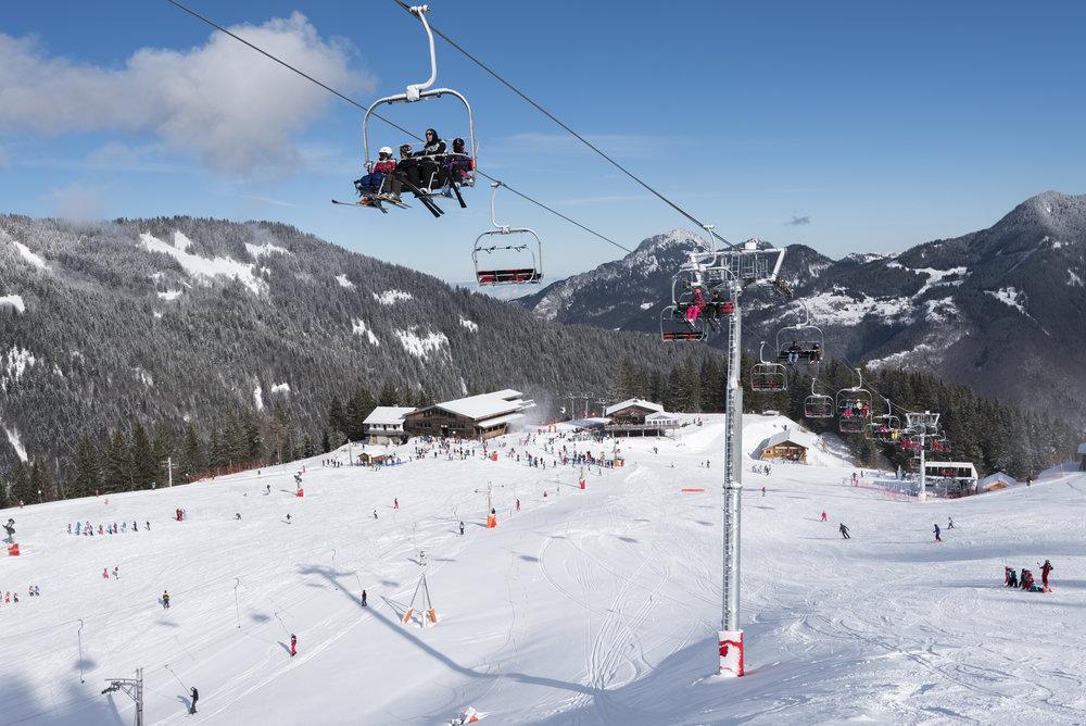 Conditions de ski idéales (soleil et neige fraîche) sur les pistes de ski du Roc d'Enfer - © Y.Tisseyre / O.T. Vallée d'Aulps