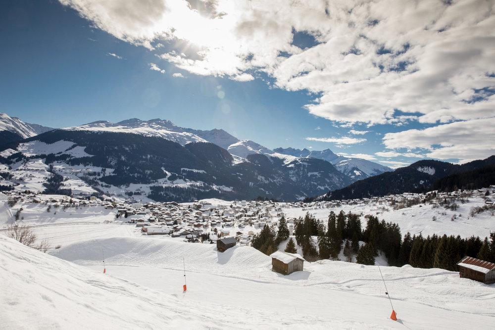 Traumhafter Ausblick auf das idyllische Skigebiet rund um Brigels und Waltensburg - © Surselva Tourismus AG