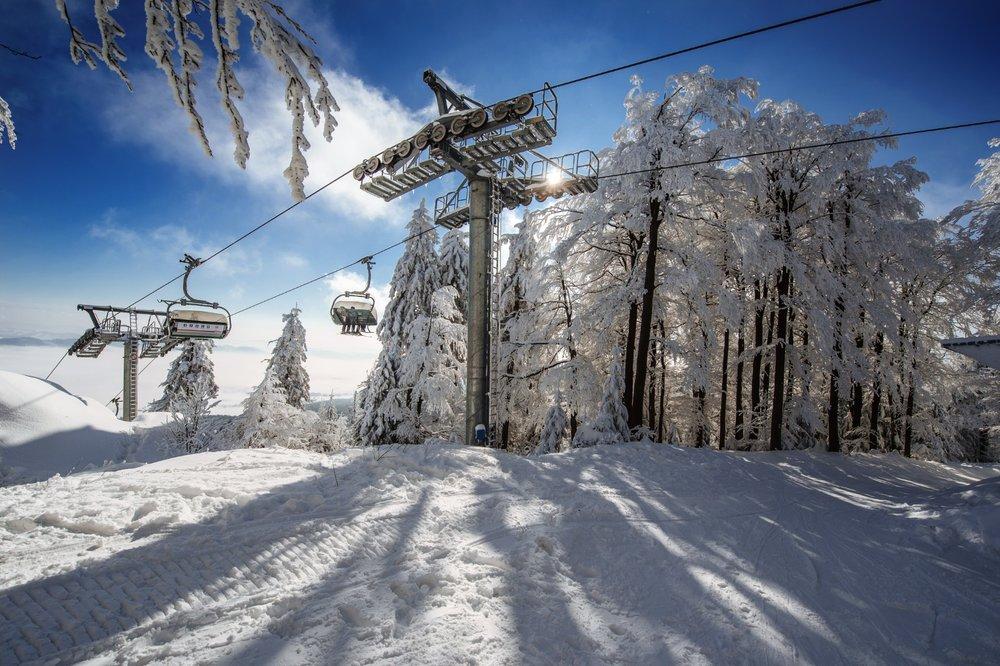 Moderní expresní odpojitelná čtyřsedačková lanovka výrazně zrychlila přepravu lyžařů na vrchol Bukové hory - © Skiresort Buková hora