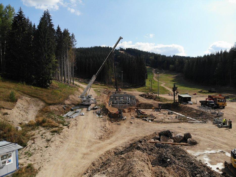 Výstavba sedačkové lanovky na Tanvalském Špičáku - © Skiaréna Jizerky FB