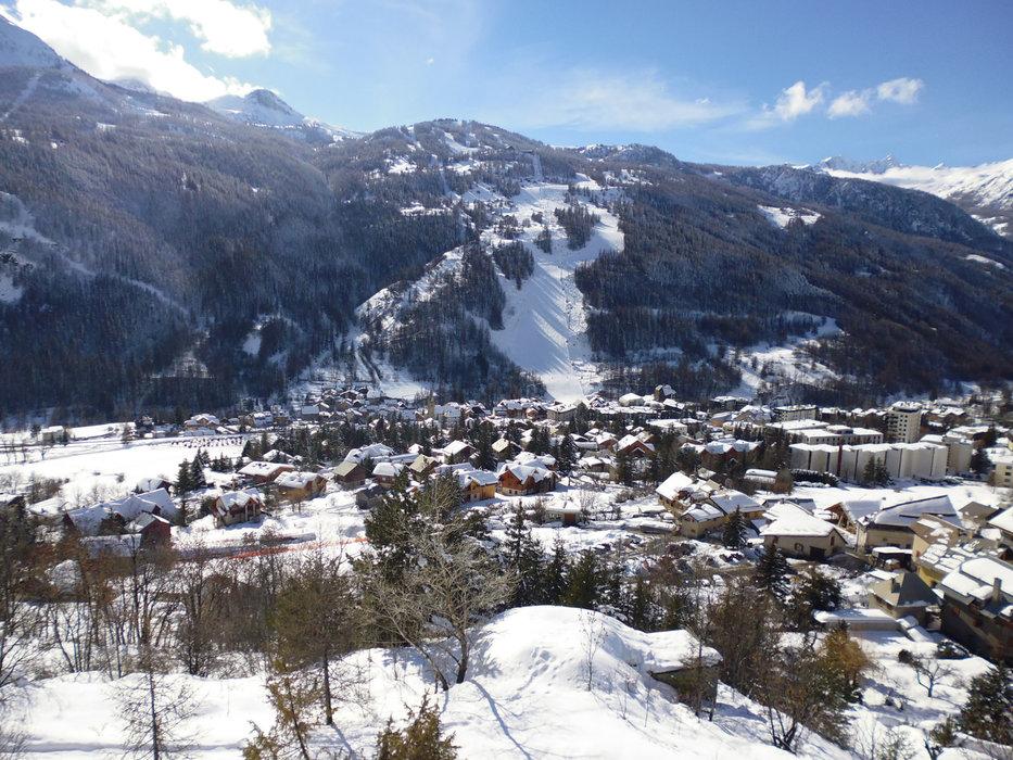 Chantemerle, ses résidences et ses commerces au pied des pistes de ski de Serre Chevalier - © Office de Tourisme Serre Chevalier